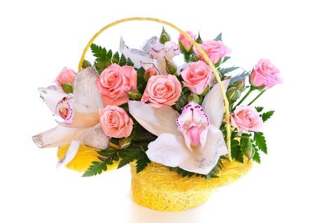 Helle Blumenstrauß im Korb isoliert auf weiß Standard-Bild