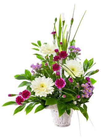 Bright boeket bloemen in mandje geà ¯ soleerd op witte achtergrond