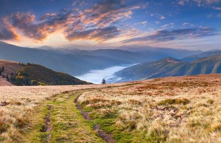 Autunno paesaggio colorato in montagna Alba photo