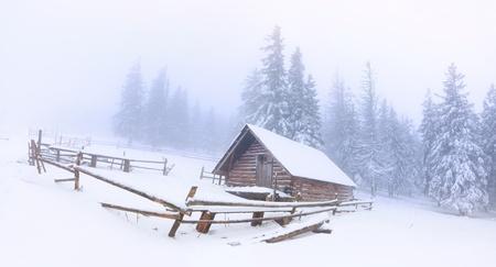 panorama de la vieille ferme dans les montagnes à l'hiver Banque d'images