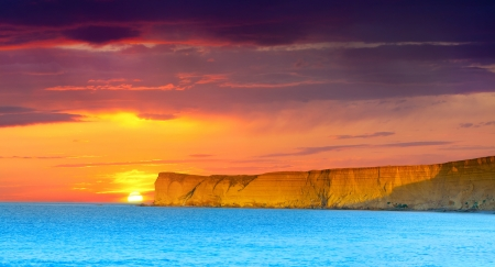 sunrise ocean: Dramatic seascape. Summer sunset with huge cliff