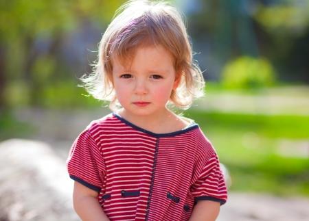 sadly: Cute bambina guardando tristemente