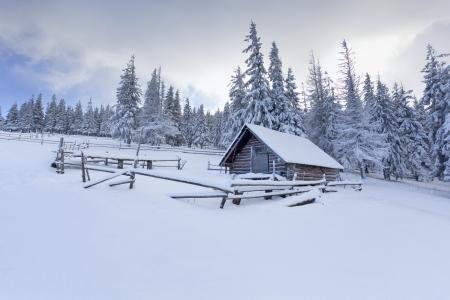 blizzard: Old Farm in den Bergen im Winter