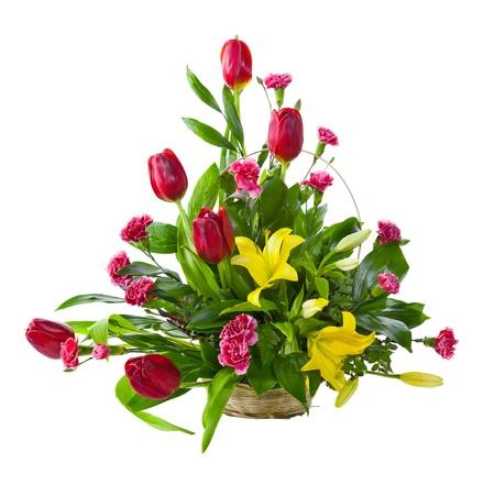 arreglo de flores: Ramo de flores brillante en cesta aislado sobre fondo blanco