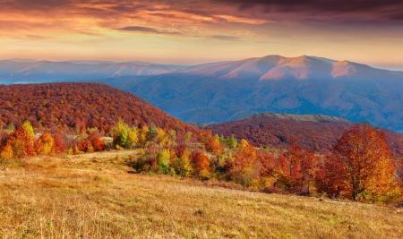 Kleurrijke herfst zonsondergang in de bergen