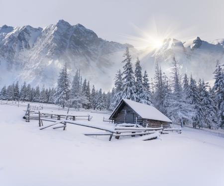 산에서 오래 된 농장. 안개 낀 겨울 아침.