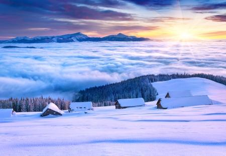 Matin d'hiver coloré dans les montagnes de vallée de montagne Pozharska, Carpates, Ukraine, Europe
