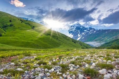 svaneti: Prados alpinos en las monta�as del C�ucaso. Alto Svaneti, Georgia, Europa.