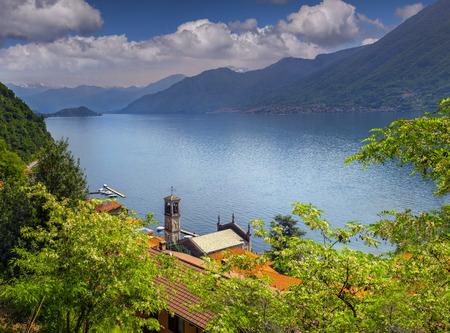 コモ湖アルジェーニョの町からの眺め。アルプス、イタリア。 の写真 ...