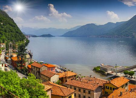 코모 호수에 Argegno의 마을에서 볼 수 있습니다. 알프스, 이탈리아.