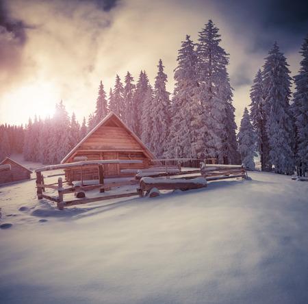 대로 산에 오래 된 농장. 맑은 겨울 아침. 레트로 스타일.