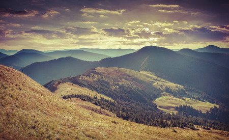 Kleurrijke herfst landschap in de bergen. Retro stijl. Stockfoto