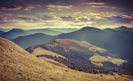 paisagem: Paisagem colorida do outono nas montanhas. Estilo retro.