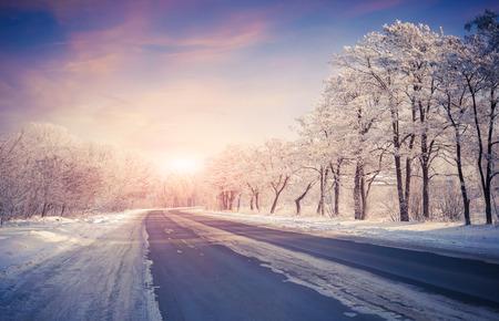 invierno: Hermoso amanecer de invierno en la carretera
