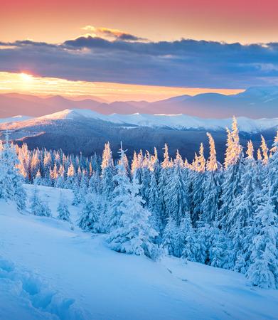 山のカラフルな冬の日の出。