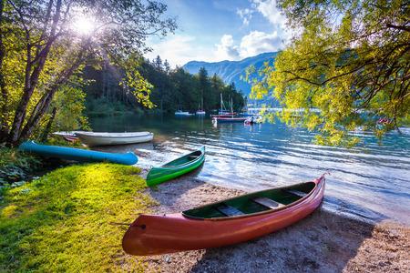 Bohinj Meer met boten, Triglav Nationaal Park, Julische Alpen, Slovenië. Stockfoto