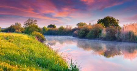 川沿いのカラフルな夏の日の出