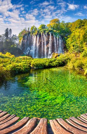 青空の下で滝のある美しい岩の風景です。プリトヴィツェ湖群国立公園は、南東ヨーロッパで最古の国立公園、クロアチアで最大の国立公園です。