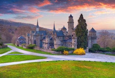 castello medievale: Colorful tramonto di primavera al Castello Wilhelmshohe, Assia, Kassel, Germania, Europa.
