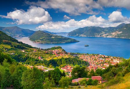 도시 Maroney에 봄 sunny 아침입니다. 이탈리아, 알프스, 호수 Iseo.