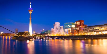 뒤셀도르프에서 밤 Rhein 강 화려한 밤 장면. Rheinturm 타워 부드러운 밤 빛, Nordrhein-Westfalen, 독일, 유럽에서. 스톡 콘텐츠