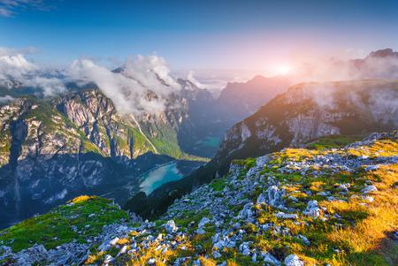 Landschap: Wiev van canyon Landro (Dürrensee) meer, in de ochtend mist. Nationaal Park Drei Zinnen. Dolomieten, Zuid-Tirol. Locatie Auronzo, Italië, Europa.
