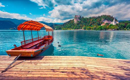 ブレッド湖 (ブレッド湖) 北西スロベニア、それがブレッドの町に隣接しているし、ブレッド城によって見落とさ Julian アルプスに氷河湖があります 写真素材
