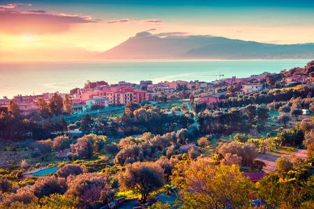 Kleurrijke lente zonsondergang in de Solanto dorp, Middellandse Zee, provincie Palermo, Sicilië, Italië, Europa. Instagram toning.