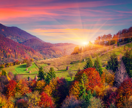 Colorful autumn morning in the mountain village Stockfoto