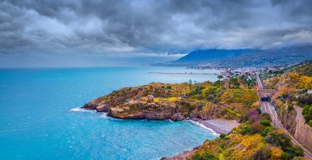 cielo y mar: Nubes de lluvia sobre la costa norte de Sicilia, cerca de Palermo. El mar Mediterr�neo, Italia, Europa. Foto de archivo