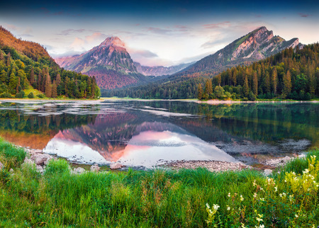 Colorful summer sunrise on the incredibly beautiful Swiss lake Obersee, located near Nafels village. Alps, Switzerland, Europe. Foto de archivo