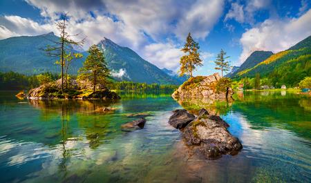 오스트리아 알프스에서 Hintersee 호수에 안개가 자욱한 여름 아침. 스톡 콘텐츠