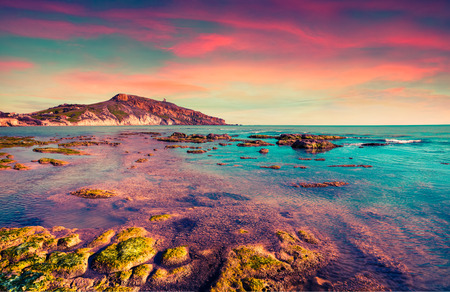Kleurrijke lente zonsondergang vanaf het Giallonardo strand, Sicilië, Italië, Tyrreense Zee, Europa. Instagram toning. Stockfoto