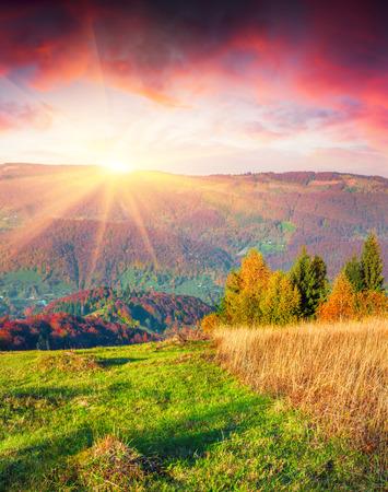 カルパティア山脈でカラフルな秋の日の出。Sokilsky リッジ、ウクライナ、ヨーロッパ。 写真素材