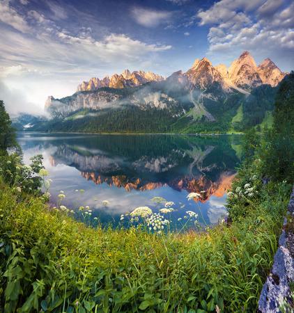 pescando: Soleada ma�ana de verano en el lago Vorderer Gosausee en los Alpes austriacos. Austria Foto de archivo