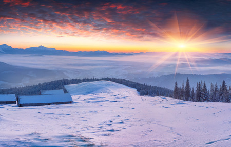 monta�as nevadas: Colorful winter sunrise in the snowy mountains.  Foto de archivo