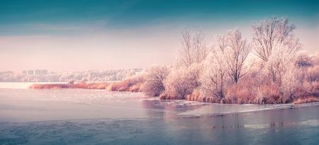都市公園の凍った池のパノラマ。Instagram の調子を整えます。 写真素材