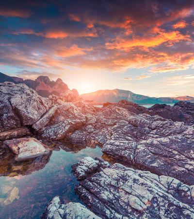 Kleurrijke de lentescène in natuurreservaat Monte Cofano. Locatie San Vito cape. Middellandse Zee, Sicilië, Italië, Europa.