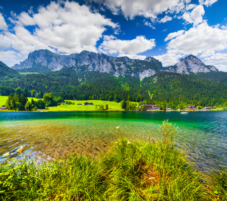 Sunny summer scene on the Hintersee lake in Austrian Alps. Salzburg, Austria, Europe. 스톡 콘텐츠