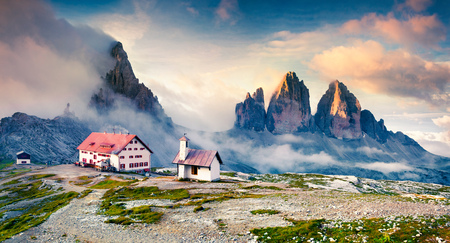 Foggy morning scene in the National Park Tre Cime di Lavaredo with rifugio Lacatelli. Dolomite Alps, South Tyrol. Location Auronzo, Italy, Europe. 스톡 콘텐츠