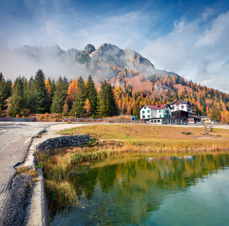 Sunny morning scene on Misurina lake in National Park Tre Cime di Lavaredo. Colorful autumn landscape in Dolomite Alps, South Tyrol, Location Auronzo, Italy, Europe. 스톡 콘텐츠