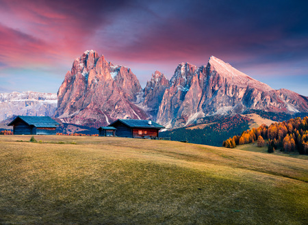Incredible sunrise in Alpe di Siusi with Langkofel (Sassolungo) mountain on background. Colorful autumn morning in Dolomite Alps, Ortisei locattion, Italy, Europe. 免版税图像