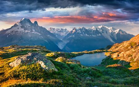 シャモニーの場所の背景にモンブラン (モンテ ・ ビアンコ) ラック ・ ブラン湖のカラフルな夏の日の出。バロン ・ ド ・ Berard 自然保護区、アルピ