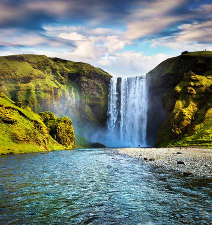 純粋な水とスコウガ滝滝のカラフルな夏のシーン。Skoga 川沿い、アイスランド、ヨーロッパの南の日当たりの良い朝。芸術的なスタイルの記事は、 写真素材