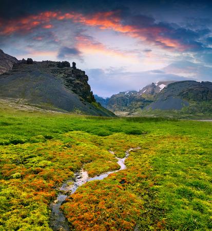 Paisagem islandêsa típica com garganta majestosa e mola de água pura. Por do sol dramático do verão na Islândia, Europa. Poste de estilo artístico foto processada. Foto de archivo - 71023885