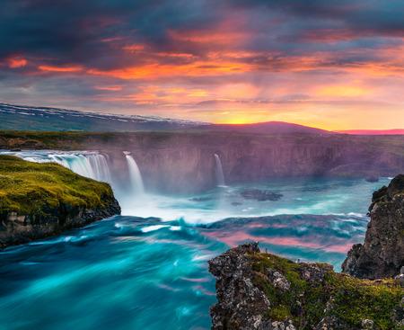 Escena de la mañana de verano en la cascada de Godafoss. Puesta del sol colorida en el río de Skjalfandafljot, Islandia, Europa. Foto procesada de estilo artístico.
