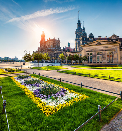 ドレスデン、ザクセン州ドレスデン城 (レジデンツシュロスまたはシュロス) のレジデンス王の歴史的なシーンのシーンを春 Katholische 宮廷教会。ドイ