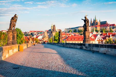 Sonnige Frühlingsszene auf Charles-Brücke auf der Moldau-Fluss (Karluv die meisten) mit Statuen und Prag-Schloss. Buntes Morgenstadtbild in Prag, Tschechische Republik, Europa. Künstlerischer Beitrag bearbeitet Foto. Standard-Bild - 77969167