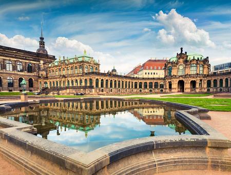 Ochtend in het beroemde Zwinger-paleis (Der Dresdner Zwinger) Art Gallery of Dresden. Kleurrijke de lentescène in Dresden, Saksen, Duitsland, Europa. Artistieke stijl na bewerkte foto.