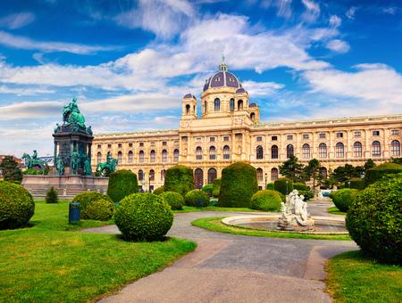Prachtig ochtendlandschap op het Maria Theresa-plein met het beroemde Naturhistorisches Museum (natuurhistorisch museum). Mooie openluchtscène in Wenen, Oostenrijk, Europa Artistieke stijl post verwerkte foto Stockfoto